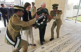 Jimmy Carter lays wreath on Arafat's tomb