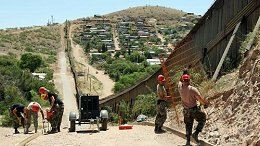 Nogales Guardsmen Build Border Fence
